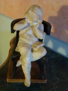 Bimbetta sulla sedia scultura-jpeg