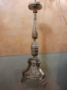 Candeliere in metallo argentato e sbalzato