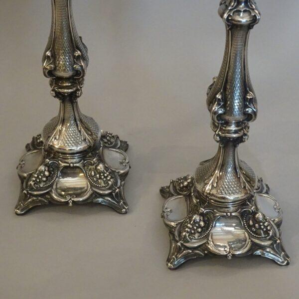 Coppia di candelieri in argento XX secolo-1