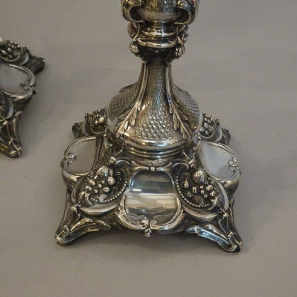 Coppia di candelieri in argento XX secolo-2