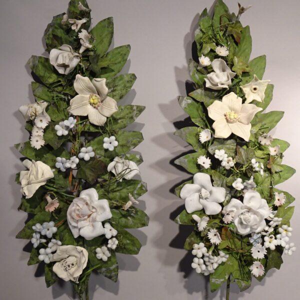 Coppia di steli in lamierino con fiori in bisquit XIX sec.-1