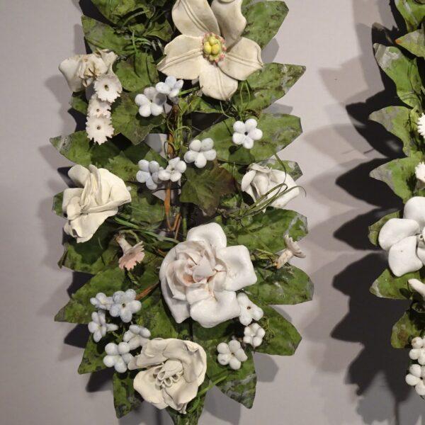 Coppia di steli in lamierino con fiori in bisquit XIX sec.-2